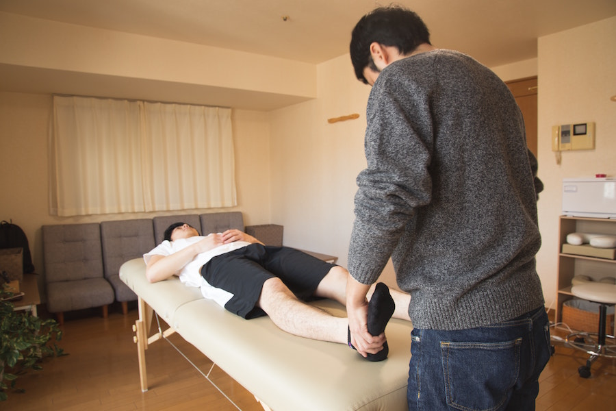 Man getting phyio from a physiotherapist